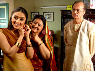 Movie Still From The Film Dus Tola,Aarti Chhabria,Bharti Achrekar,Dilip Prabhawalkar