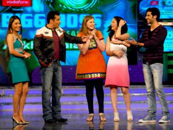 Photo Of Sara Khan,Salman Khan,Vidhi Kasliwal,Sandeepa Dhar,Akshay Oberoi From The Cast and crew of Isi Life Mein on Bigg Boss 4