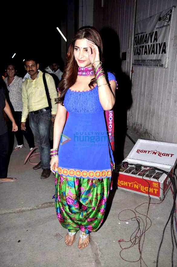 Shruti Haasan snapped on the sets of 'Ramaiya Vastavaiya'