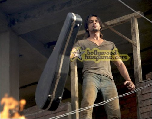 Showcasing the exclusive images of Shahid-Priyanka starrer Kaminey