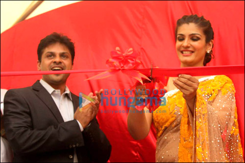 Check out: Raveena Tandon unveils World's Biggest Laddoo for Andheri Cha Raja