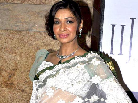 Amrita Rao walks the ramp for Agni Jewels at IIJW 2011
