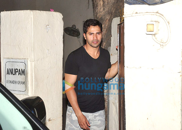 Varun Dhawan snapped with a mystery girl in Juhu
