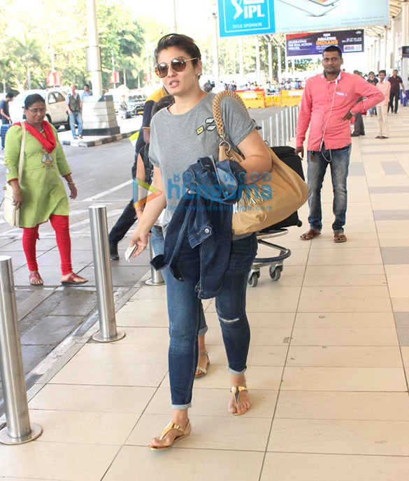 Zarine Khan, Raveena Tandon, Urmila Matondkar & Suniel Shetty snapped at the Domestic Airport