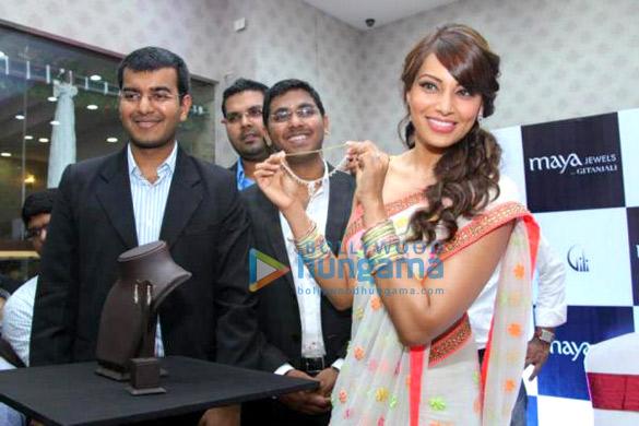 Bipasha Basu inaugurates Maya Jewels' store in Kochi