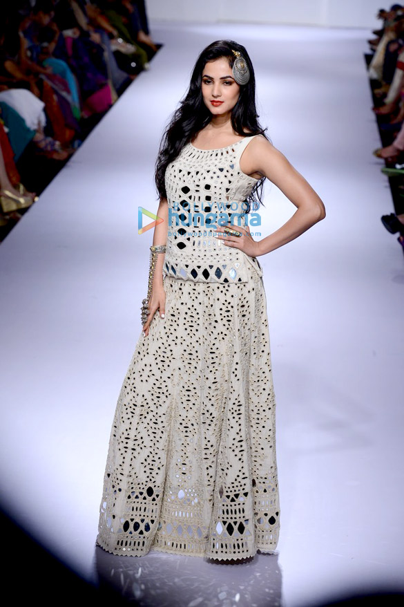 Sonal Chauhan walks for Purvi Doshi at LFW 2014 – Day 3