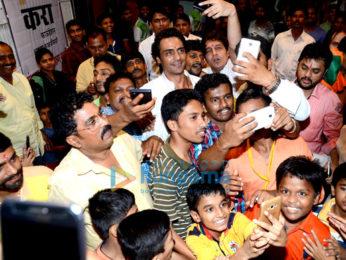 Arjun Rampal visits Durga Pandal at Dagdi Chawl