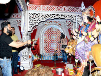 Suniel Shetty visits Navratri Pandal to seek blessings