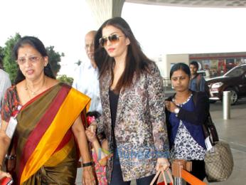 Shah Rukh Khan, Aishwarya Rai Bachchan, Sanjay Dutt & others snapped at the airport
