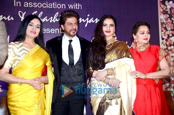Rekha presents Shah Rukh Khan with the 4th Yash Chopra Memorial award