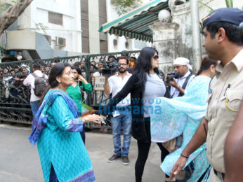Vinod Khanna's wife, brother and other family members snapped as the late actor's body arrives home