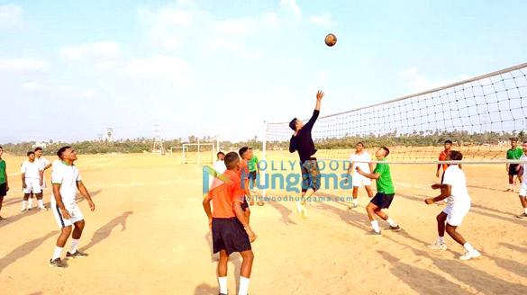 Spotted Akshay Kumar playing volleyball at INS Hamla in Mumbai1