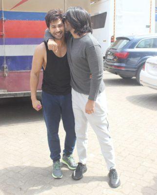 BROMANCE ALERT! Ranveer Singh showers love on Varun Dhawan with a kiss2