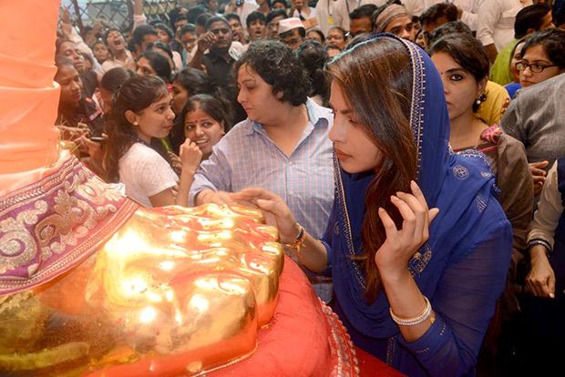 Check out Priyanka Chopra seeks Lalbaugcha Raja's blessings; chills by Marine Drive post darshan!