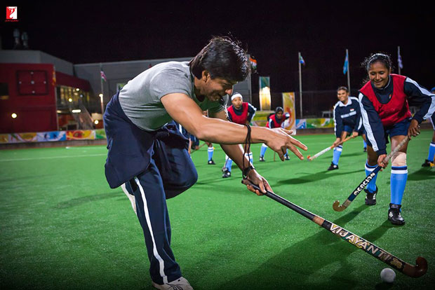 Here-are-some-BTS-moments-of-Shah-Rukh-Khan-and-the-hockey-team-that-will-make-you-re-watch-the-film!-(1)