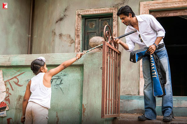 Here-are-some-BTS-moments-of-Shah-Rukh-Khan-and-the-hockey-team-that-will-make-you-re-watch-the-film!-(10)