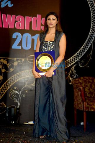 Daisy Shah graces 'I Diva Salon Awards 2017'