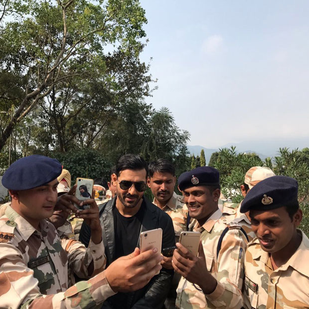 John Abraham happily poses with his 'true heroes'-2