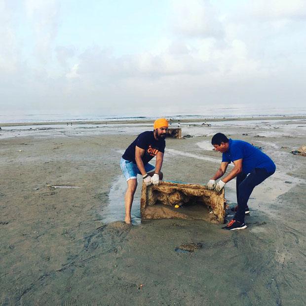 When-Randeep-Hooda-took-up-the-task-of-cleaning-up-Versova-beach-in-Mumbai-3