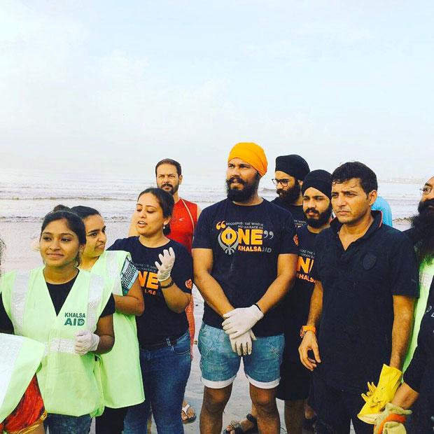 When-Randeep-Hooda-took-up-the-task-of-cleaning-up-Versova-beach-in-Mumbai-5