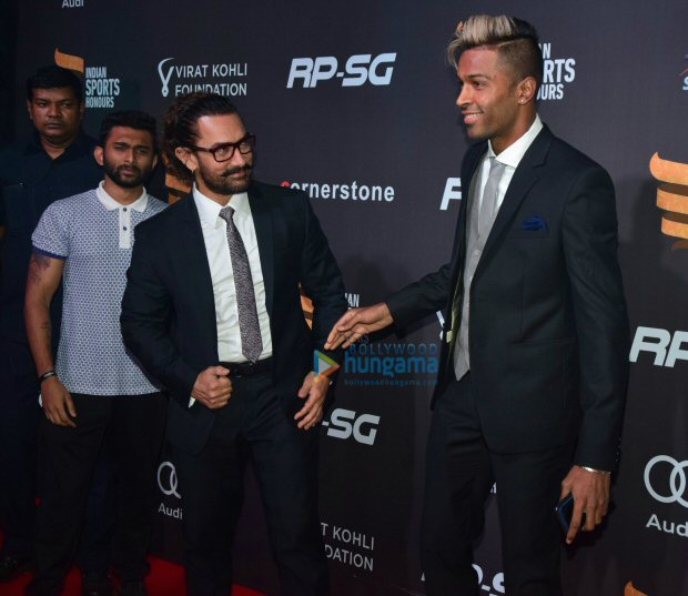 Check out Aamir Khan meets cricketer Hardik Pandya at Indian Sports Honours 2017