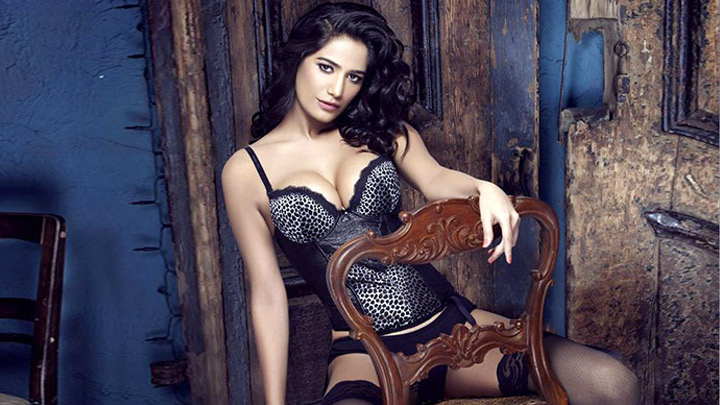 Poonam Pandey's HOT & Erotic Christmas Special Video - Bollywood Hungama