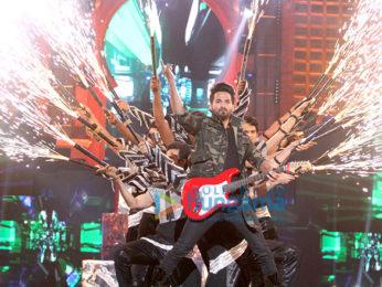 Priyanka Chopra, Katrina Kaif, Varun Dhawan, Ranveer Singh and others perform at Zee Cine Awards 2017