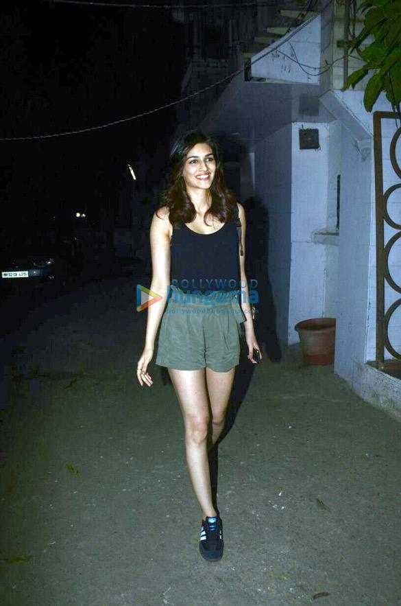 Kriti Sanon snapped at Kromakay salon (3)