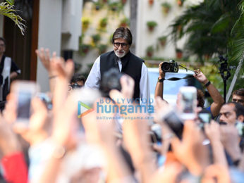 Amitabh Bachchan snapped greeting fans