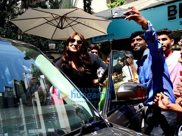 Anushka Sharma spotted at BBlunt Bandra (6)