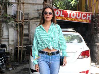 Esha Gupta spotted at Kromakay Salon in Juhu