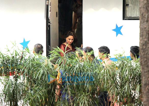 Kareena Kapoor Khan and Madhuri Dixit snapped at Mehboob Studio (2)