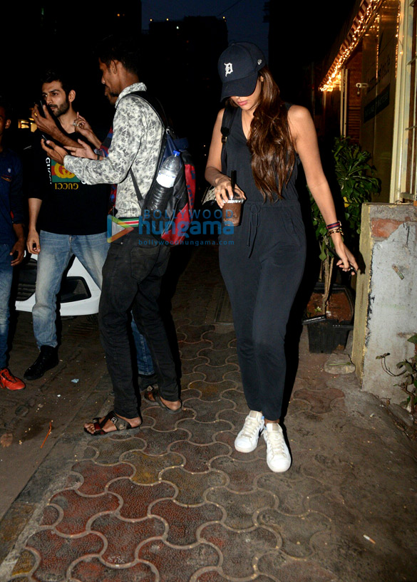 Kartik Aaryan snapped with his girlfriend at Farmers' Cafe in Bandra