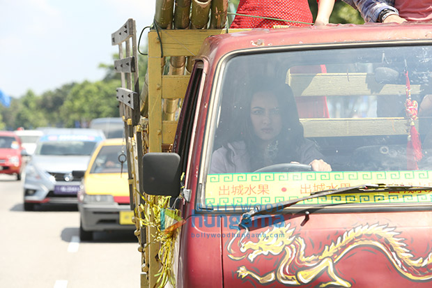 Sonakshi Sinha takes us by a SURPRISE as she drives a heavy mini truck for Happy Phir Bhaag Jayegi!