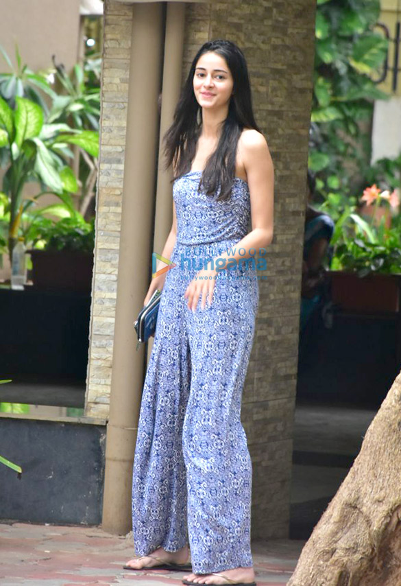 Ananya Pandey spotted in Bandra (4)