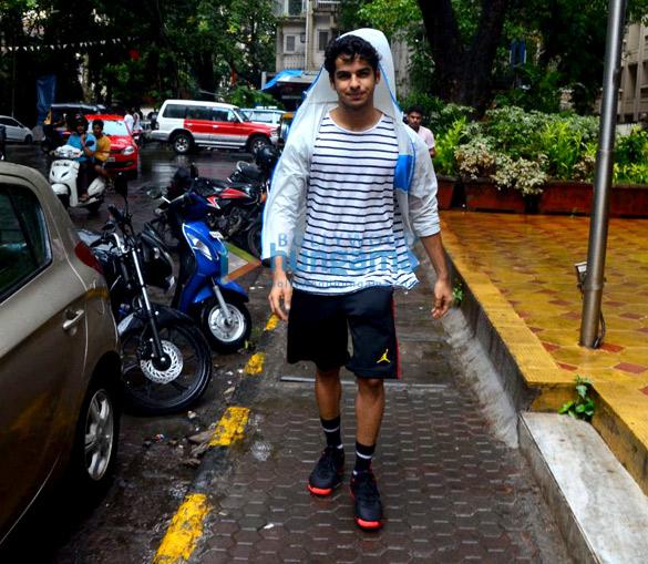 Ishaan khattar spotted in Bandra (6)