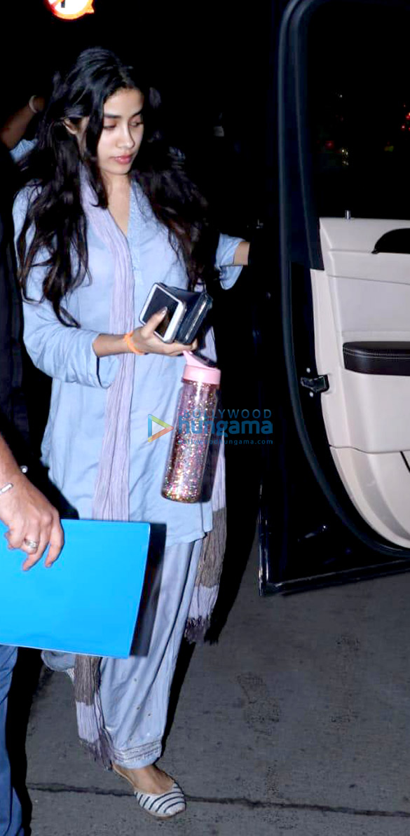 Janhvi Kapoor spotted at clinic in Juhu (1)
