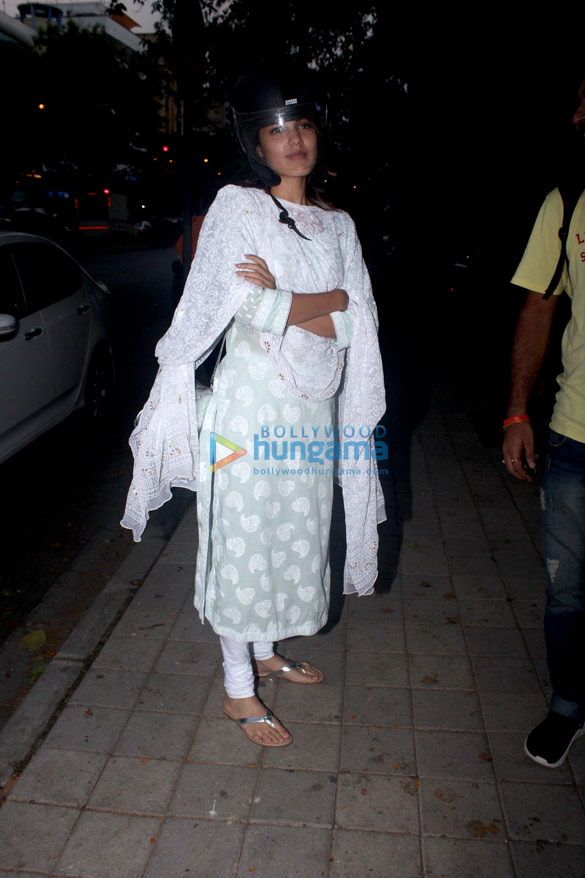 Rhea Chakraborty snapped in Bandra (4)