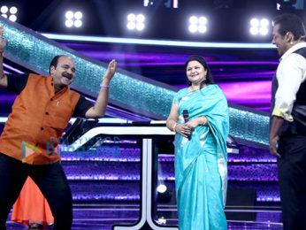 Salman Khan and Dancing Uncle - Sanjeev Srivastav snapped in conversation on Dus Ka Dum