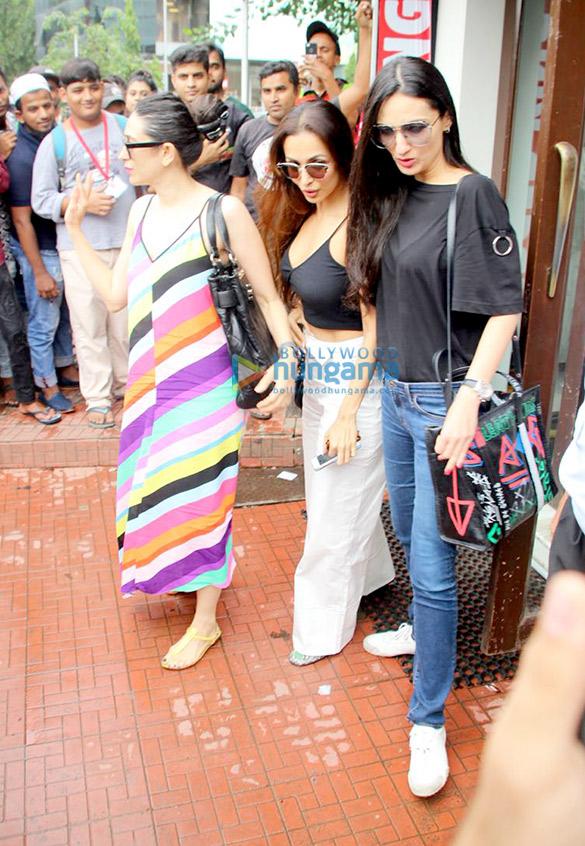 Malaika Arora, Karisma Kapoor and Anu Dewan spotted at Bastian in Bandra (2)