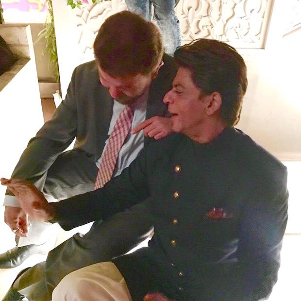 Smriti Irani catching husband Zubin Irani and Shah Rukh Khan gossiping is going viral