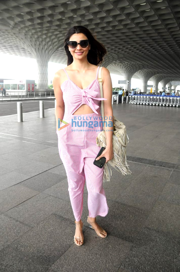 Daisy Shah and Parineeti Chopra snapped at the airport (3)