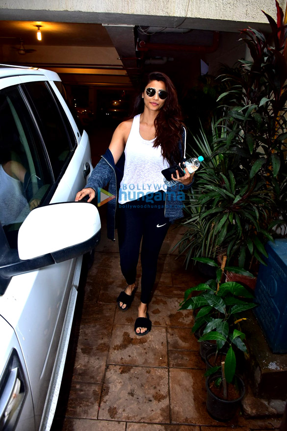 Daisy Shah snapped after gym in Bandra (5)