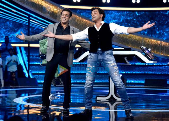Dharmendra and Bobby Deol promote Yamla Pagla Deewana Phir Se on Salman Khan's Dus Ka Dum (2)