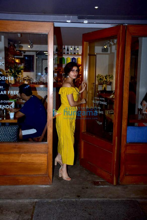 Fatima Sana Shaikh snapped at Sequel in Bandra (6)