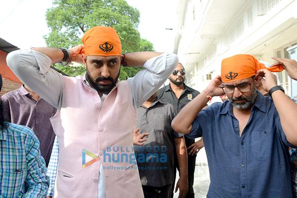 Manmarziyaan star Abhishek Bachchan seeks blessing at the Golden Temple (1)
