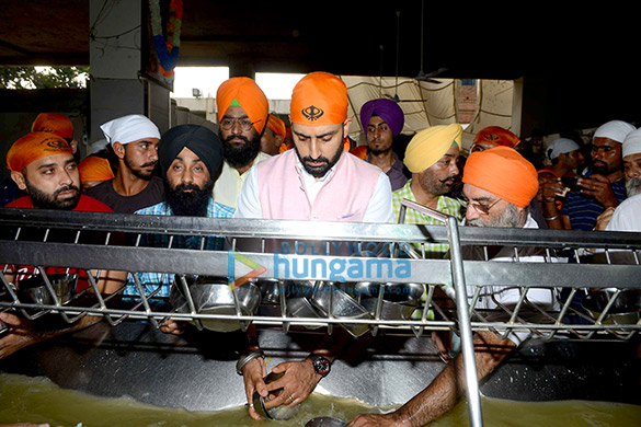 Manmarziyaan star Abhishek Bachchan seeks blessing at the Golden Temple (3)