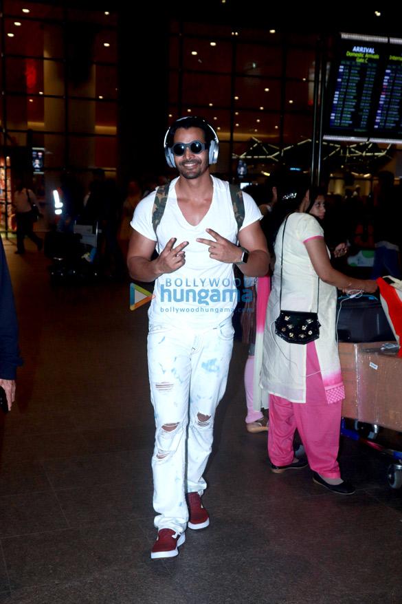 Rajkummar Rao, Harshvardhan Rane and others snapped at the airport last night (2)