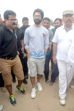 Shahid Kapoor snapped participating in the Clean Mumbai initiative at Juhu