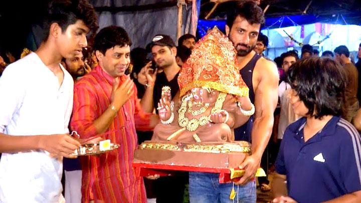 Sonu Sood visits Pandal For Ganpati Bappa